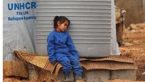 طفلة سورية تغفو بجانب خزان للمياه في مخيم للاجئين السوريين في مدينة بعلبك اللبنانين 24 فبراير/ شباط 2015