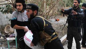مقاتلون من جماعة معارضة سورية إسلامية يحملون أكياس الرمل عند خط مواجهة