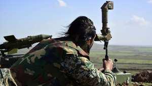 أحد الجنود التابعين للنظام السوري يراقب مواقع معادية إلى الجنوب من مدينة درعا 1 مارس/ آذار 2015