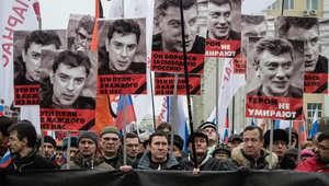 متظاهرون روس يحملون صور نيمتسوف في وسط العاصمة الروسية موسكو،  1 مارس/ آذار 2015