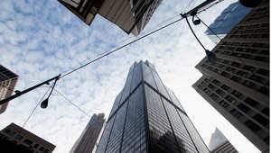 المصعد المستخدم يصل إلى قمة البرج خلال دقيقة واحدة وعشرة ثوان