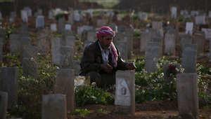 سوري يدعو على قبر ولده الذي قتل في قصف على دوما ، 5 مارس/ آذار 2015
