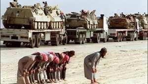 سائقون يؤدون الصلاة خلال نقلهم ناقلات جنود سعودية إلى بلدة الخفجي 9 فبراير/ 1991