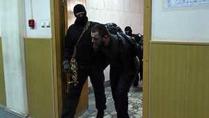 تيمورلنك إسكارخانوف، أحد المشتبه فيهم بقتل المعارض الروسي بوريس نيمتسوف لدى دخوله المحكمة في موسكو 8 مارس/ آذار 2015