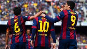 سواريز يحتفل مع زميليه ميسي وتشافي بعد الهدف السادس لبرشلونة