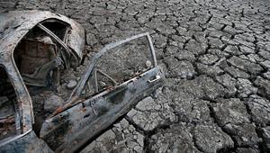 """حطام سيارة كشف عنه انحسار مياه خزان """"مادن"""""""