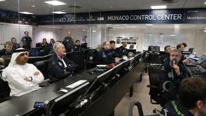 أمير موناكو، ألبير الثاني، وعدد من المسؤولين داخل مركز السيطرة، لمراقبة إقلاع الرحلة التاريخية