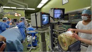 فريق طبي في غرفة العمليات خلال درس عن العمليات الجراحية باستخدام تقنيات جديدة
