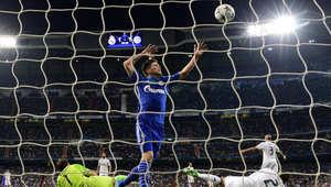 مهاجم شالكه الهولندي كلاس يان هونتيلار يحتفل بعد تسجيله هدفا ضد ريال مدريد