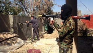 """مقاتل من قوات الشرطة العراقية، في موقع للقتال مع """"داعش"""" في منطقة حوش بالرمادي، 11 مارس/ آذار 2014"""
