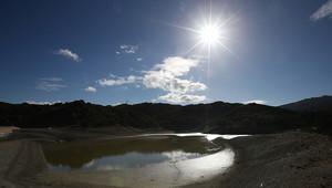 ويعمل حاكم الولاية بتسهيل عملية نقل المياه وتخفيف المتطلبات البيئية لإطلاق السد
