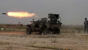 مقاتلون شيعة تابعون للحكومة العراقية يطلقون صاروخا باتجاه مواقع لداعش في وسط مدينة تكريت