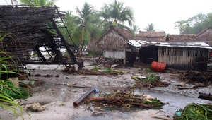 آثار الإعصار بام في جزرة كيريباتي الاسترالية، أشجار تحطمت أمام مبنى دمره الإعصار 13 مارس/ آذار 2015