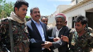 استقبال رئيس الوزراء اليمني خالد بحاح من قبل أنصاره خارج منزله في صنعاء
