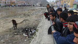 أفغان يلقون نظرة على مكان إحراق الضحية