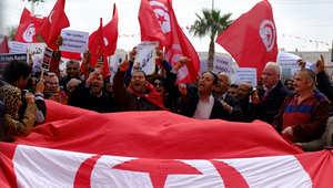 تونسيون يرفعون العلم الوطني في تظاهرة بمدنية جربة للتنديد بالاعتداء الإرهابي الذي تعرض له متحف باردو في العاصمة ، 20 مارس/ آذار 2015