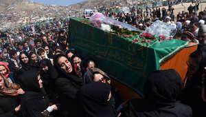 ناشطات أفغانيات يحملن نعش فرخندة