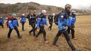 رجال البحث والانقاذ في جنوب فرنسا لدى وصولهم إلى موقع الحطام