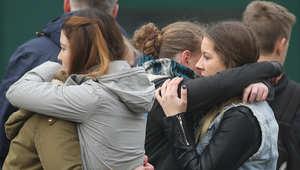 """عناق أقارب الطلبة من ركاب الطائرة الألمانية """"جيرمان وينغز"""""""