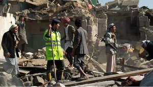 يمنيون يبحثون عن ناجين بين الأنقاض التي خلفتها غارة في صنعاء، 26 مارس/ آذار 2015