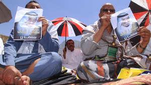 يمنيون يرفعون صورة الملك سلمان بن عبدالعزيز عاهل السعودية في محافظة تعز اليمنية ، 27 مارس/ آذار 2015