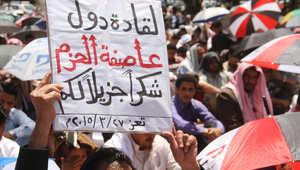 """يمنيون في محافظة تعز يرفعون شعارات مؤيدة لعملية """"عاصفة الحزم"""" 27 مارس/ آذار 2015"""