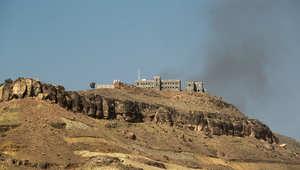 الدخان يتصاعد من تلة فج عطان في العاصمة اليمينة صنعاء بعد غارة للتحالف بقيادة السعودية 28 مارس/ آذار 2015