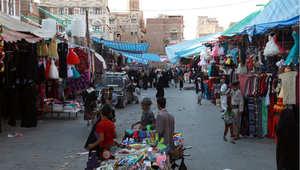 يمنيون يعبرون سوق صنعاء القديمة ، 30 مارس/ آذار 2015