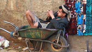 يمني يجلس في عربة في سوق صنعاء القديمة، 30 مارس/ آذار 2015