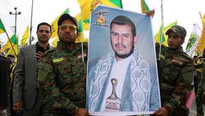 عراقيون من أنصار حزب الله يحملون صورة لزعيم المتمردين الحوثيين في اليمن عبد الملك الحوثي