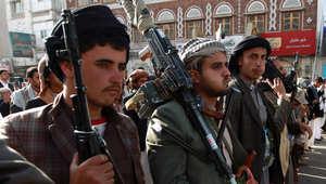 مسلحون قبليون موالون لعبدالملك الحوثي يحملون السلاح في مظاهرة بصعناء، 1 أبريل/ نيسان 2015