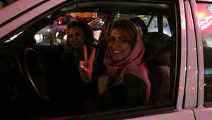 امرأة ترفع علامة النصر في طهران