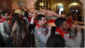 حمل تمثال لجسد المسيح بكنيسة المهد في بيت لحم قرب القدس