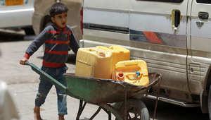 طفل يمني يدفع عربة محملة بعبوات للحصول على المياه في العاصمة اليمنية صنعاء 7 أبريل/ نيسان 2015