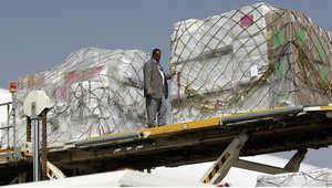 مساعدات من الصليب الأحمر الدولي وصلت إلى مطار صنعاء 11 أبريل/ نيسان 2015