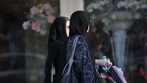 سعوديتان أمام محل للزهور في الرياض