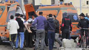 نقل ضحية الى سيارة اسعاف بعد انفجار سيارة مفخخة استهدفت مركزا للشرطة في شمال سيناء