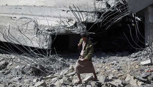 """يمني من أنصار الحوثي يسير بين أنقاض ستاد اليرموك لكرة القدم الذي دمرته غارات """"عاصفة الحزم"""" في العاصمة صنعاء، 12 أبريل/ نيسان 2015"""