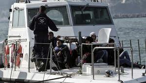 مهاجرون كانوا على سفينة غرقت برفقة خفر السواحل اليوناني بعد وصولهم إلى ميناء جزيرة ليسفوس