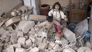 أطفال بين انقاض منزل قصفه طيران النظام السوري في حلب، 19 أبريل/ نيسان 2015