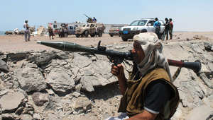 موال للرئيس اليمني يحمل راجمة  بالكتف أثناء مواجهات مع مليشيات الحوثي في خور مسكر بمدينة عدن