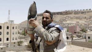 يمني يمسك ببقايا قذيفة وجدها في منزله المدمر 21 أبريل / نيسان 2015