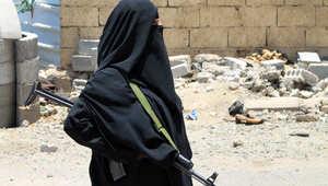 يمنية تحمل سلاحها في عدن