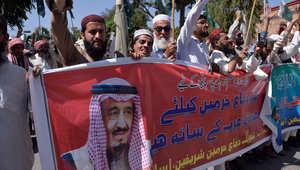 باكستانيون يرددون هتافات أثناء مظاهرة لدعم حملة القصف التي تقودها السعودية ضد الحوثيين في اليمن
