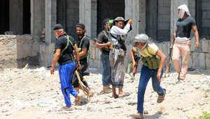 مقاتلون موالون للرئيس اليمني أثناء اشتباكات مع مليشيات الحوثي بضاحية دار سعد في عدن