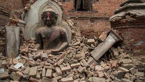 تمثال بوذا بين أنقاض أحد المعابد في باكتابور، نبيال 26 أبريل/ نيسان 2015
