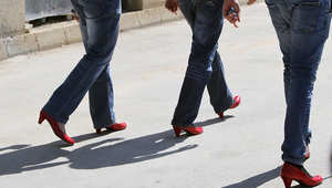 بالصور..رجال يرتدون أحذية حمراء بكعوب عالية منعاً لتعنيف المرأة اللبنانية
