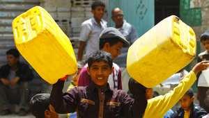صبي يمني بانتظار دوره لنيل حصته من المياه من صنوبر عام في صنعاء