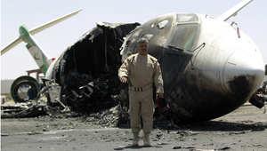 حطام طائرة مدنية في مطار صنعاء أصيبت في غارة جوية 29 أبريل/ نيسان 2015