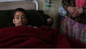 النيبالي ريشي كانال، 28 عاما، تم انقاذه بعد ان قضى 82 ساعة تحت أنقاض فندق انهار في العاصمة كاتماندو 30 أبريل / نيسان 2015